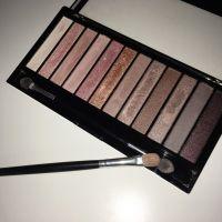 Makeup Revolution Iconic 3, în lumină artificială (cu bliț)